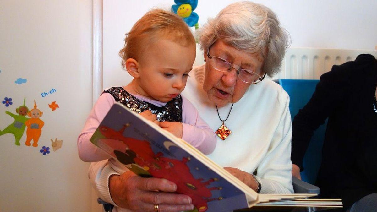 """Una abuela que cobra a su hija por cuidar de su nieto abre la polémica: """"Debe entender que renuncio a mi tiempo y a mi trabajo"""""""