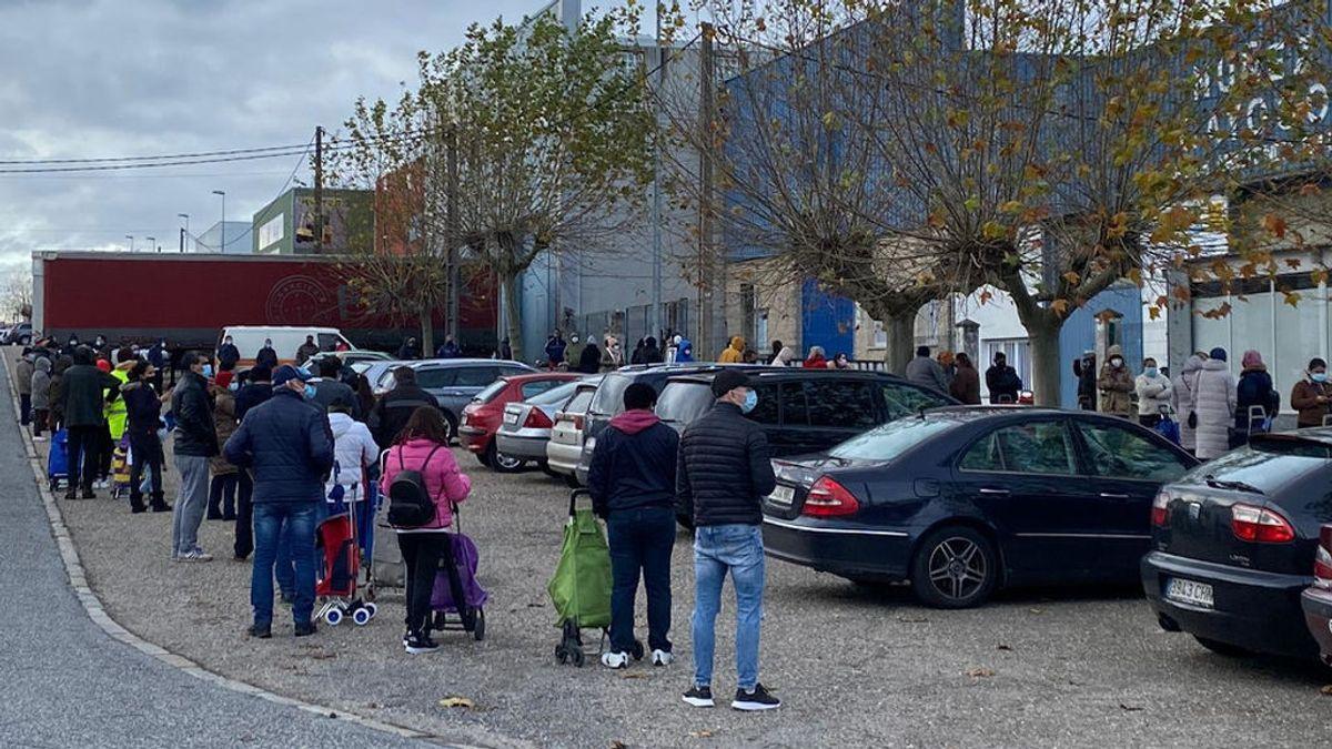 """Las colas del hambre en Lugo: """"Hay mucha gente de clase media que nunca esperó verse en esta fila"""""""