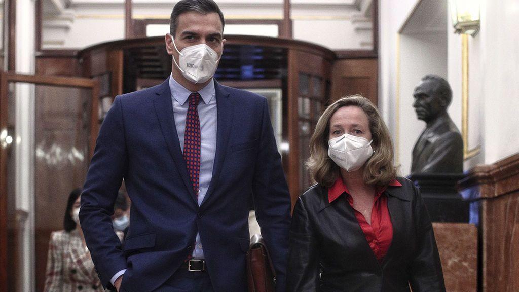 """Sánchez defiende a Calviño y alaba su mirada """"progresista y de izquierdas"""" tras las críticas de Podemos"""