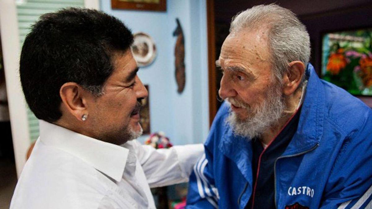 Diego Maradona saludando a Fidel Castro