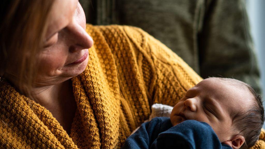 ¿Cobrar a tu hijo por cuidar de tus nietos? La iniciativa de una abuela australiana que desata la polémica