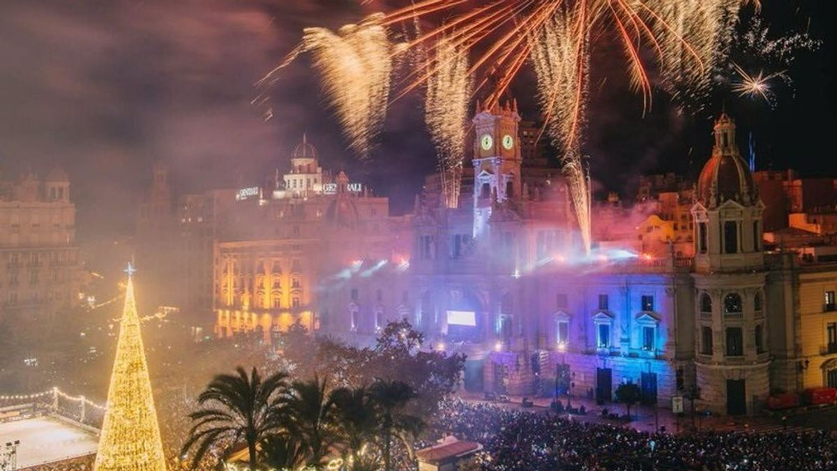 Valencia cerrará su plaza del Ayuntamiento en Nochevieja para evitar concentraciones ante el repunte de casos