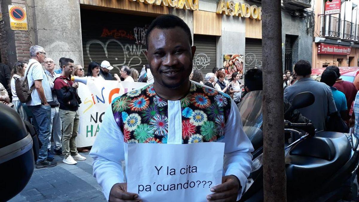 """La extorsión encubierta de las citas previas que niega Interior: """"Por 40 euros te la consigo"""""""