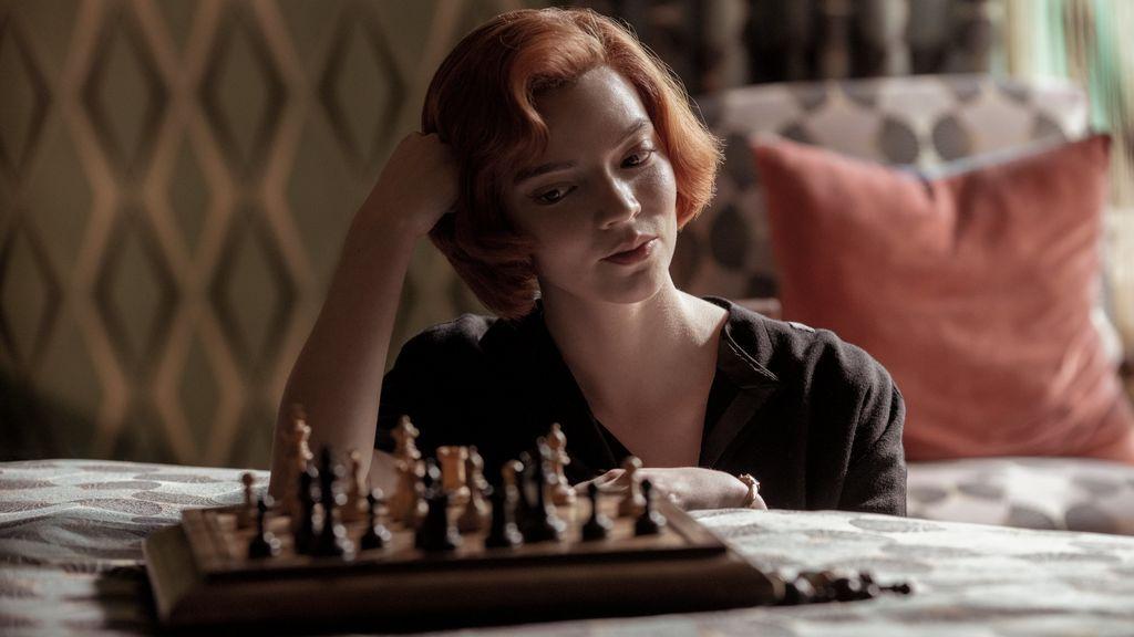 Gambito de Dama 'arrasa' con los tableros de ajedrez en Cataluña