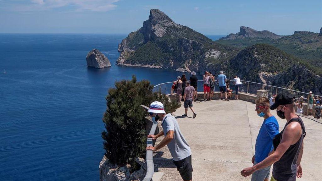 El desplome del turismo deja una crisis asimétrica: Baleares y Canarias, las más castigadas, según Funcas