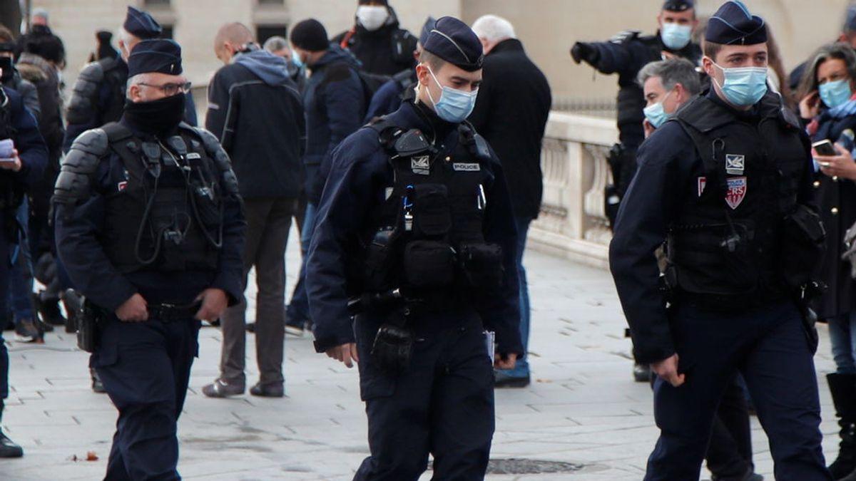 Un hombre se atrinchera, toma rehenes y deja al menos 2 heridos de bala en Domont, cerca de París
