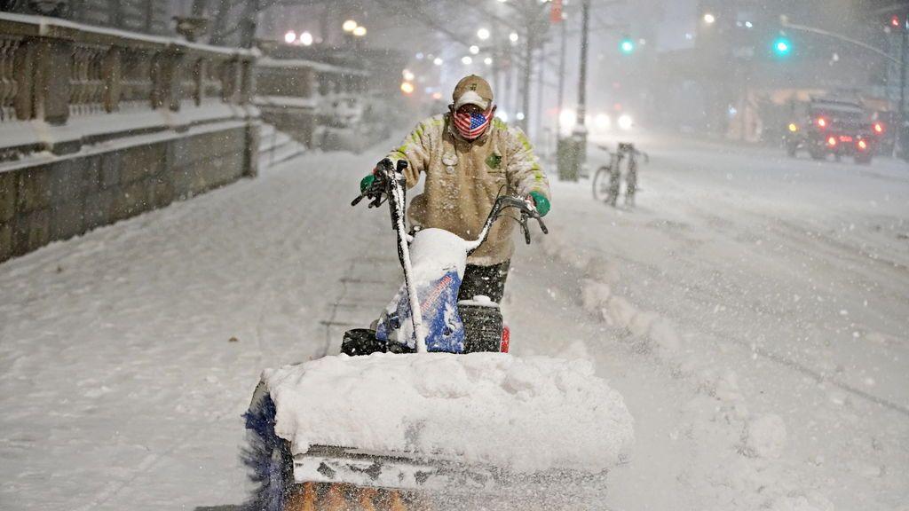 Una gran tormenta de nieve azota Nueva York en plena campaña de distribución de la vacuna