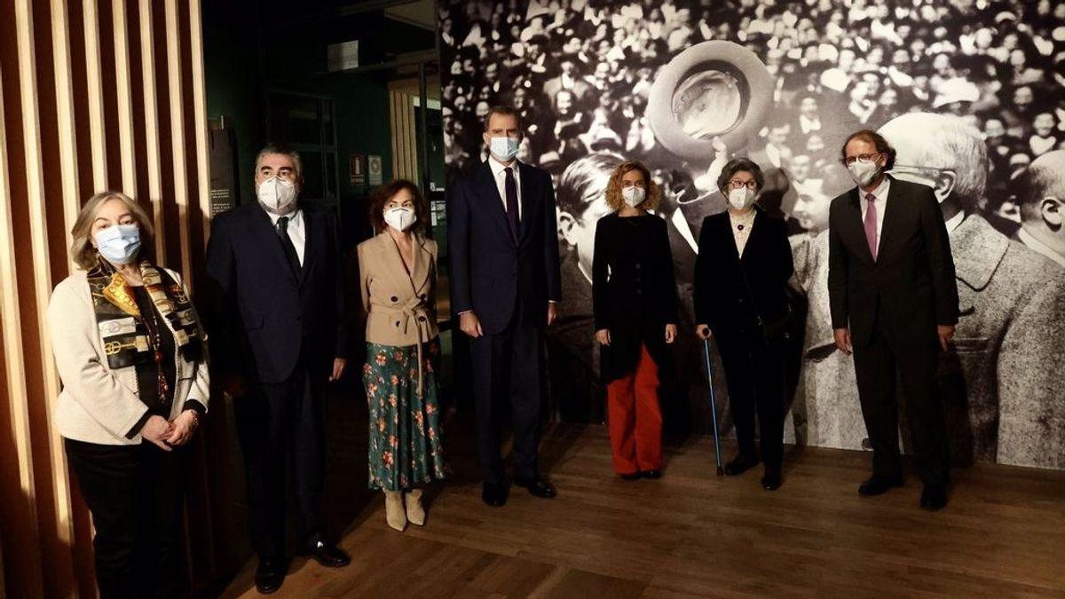 Felipe VI, junto a otras autoridades, en la inauguración de una exposición sobre Azaña