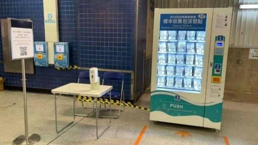 Máquina expendedora de pruebas de coronavirus en Hong Kong, similar a la instalada en Letonia para PCR