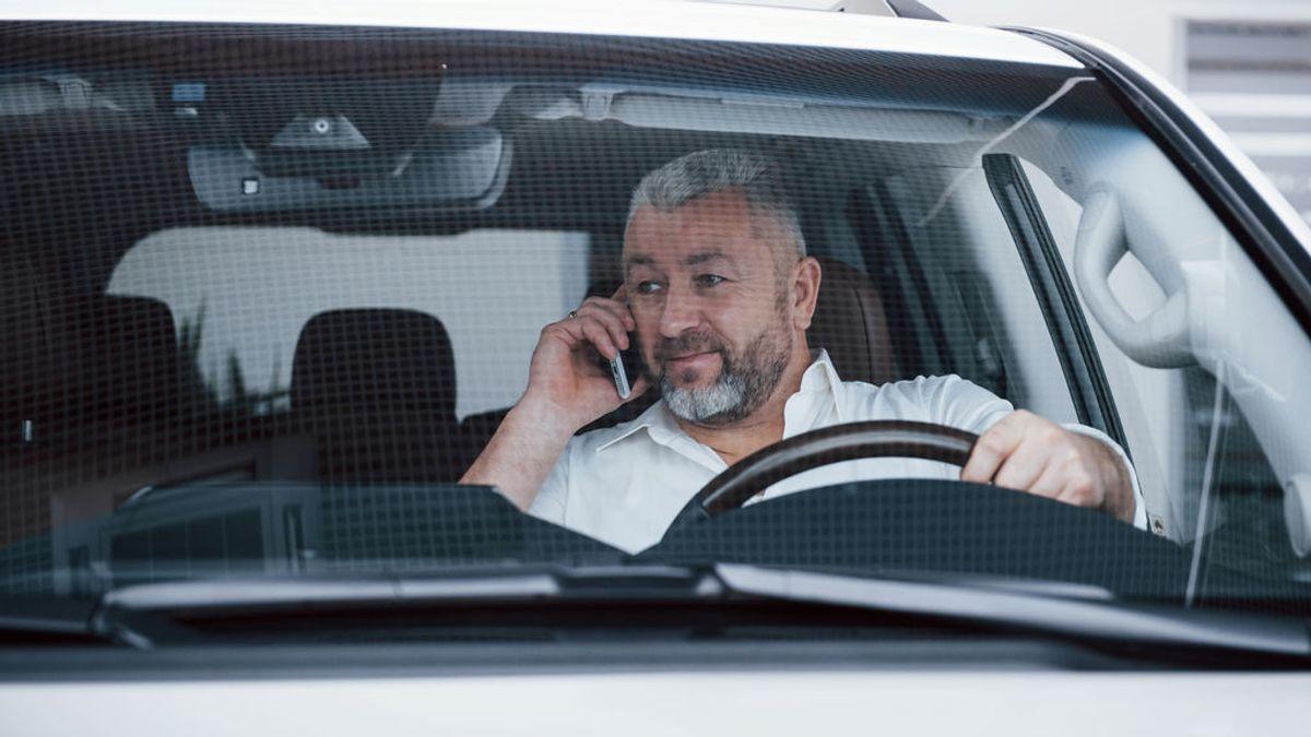 La DGT aclara cuándo podrán multarte (y la excepción) por usar el teléfono móvil dentro del coche