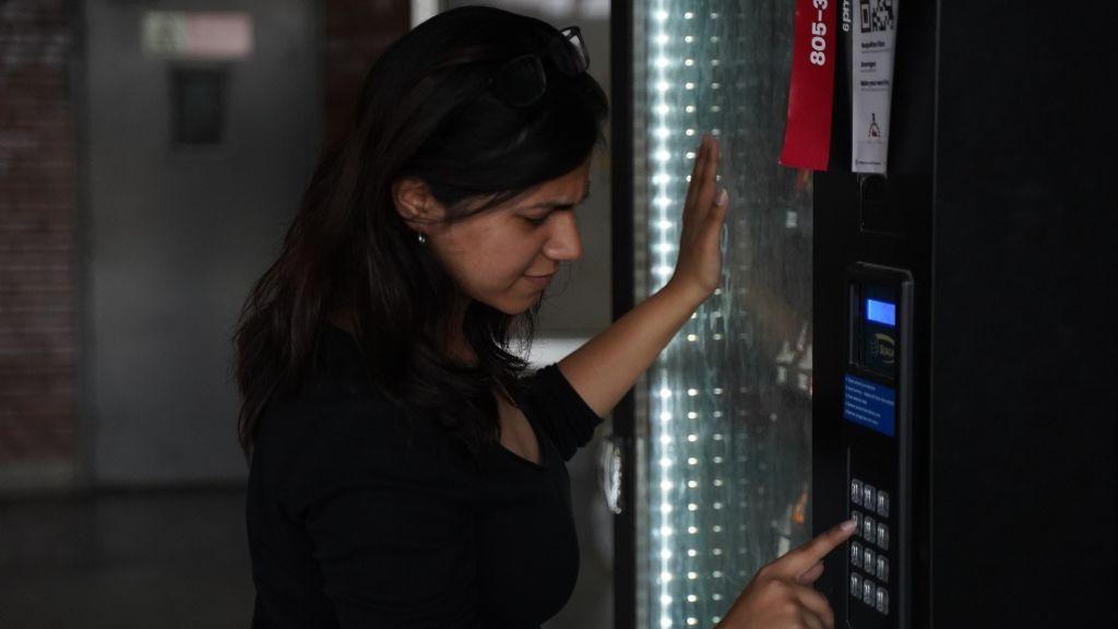 Comienza a funcionar la primera máquina expendedora del mundo que emite pruebas PCR de coronavirus