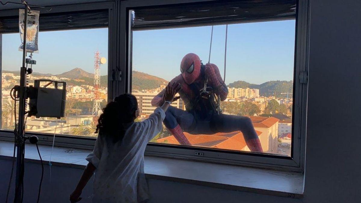 Spiderman se descuelga por la fachada del Hospital para saludar a los niños a través de las ventanas