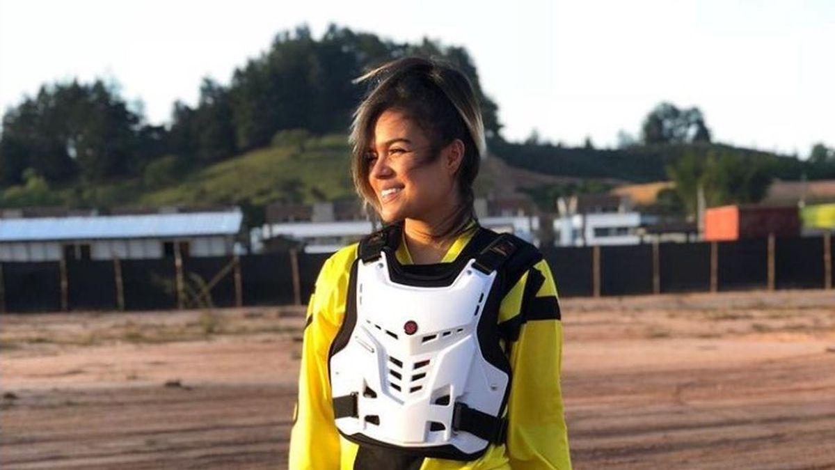 Casi cambia 'Tusa' por un casco: la historia de amor entre Karol G y el motocross