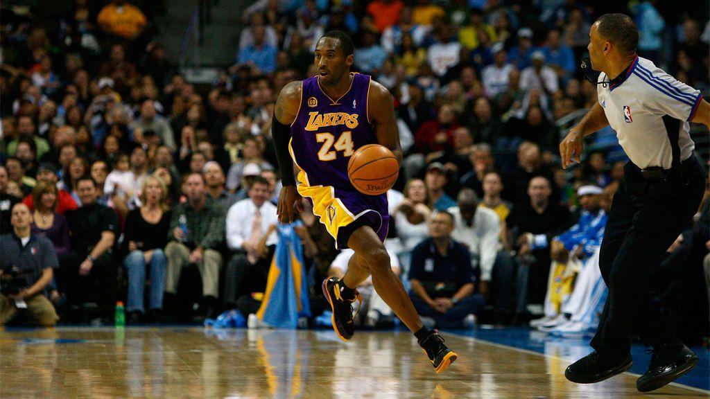 ¿Cómo juega un escolta durante un partido de baloncesto?