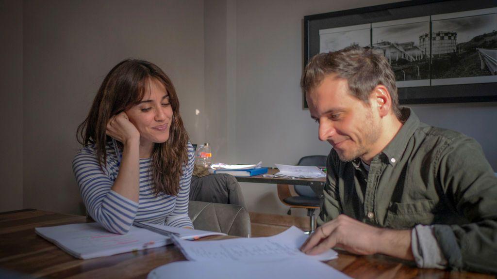 Macarena García y Pedro Collantes en el rodaje de 'El arte de volver'