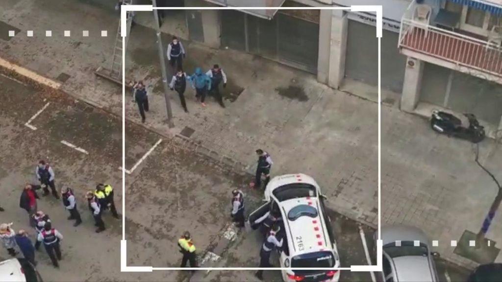 Las imágenes de los vecinos de Terrasa echando a unos okupas con lejía y asaltándoles por el balcón