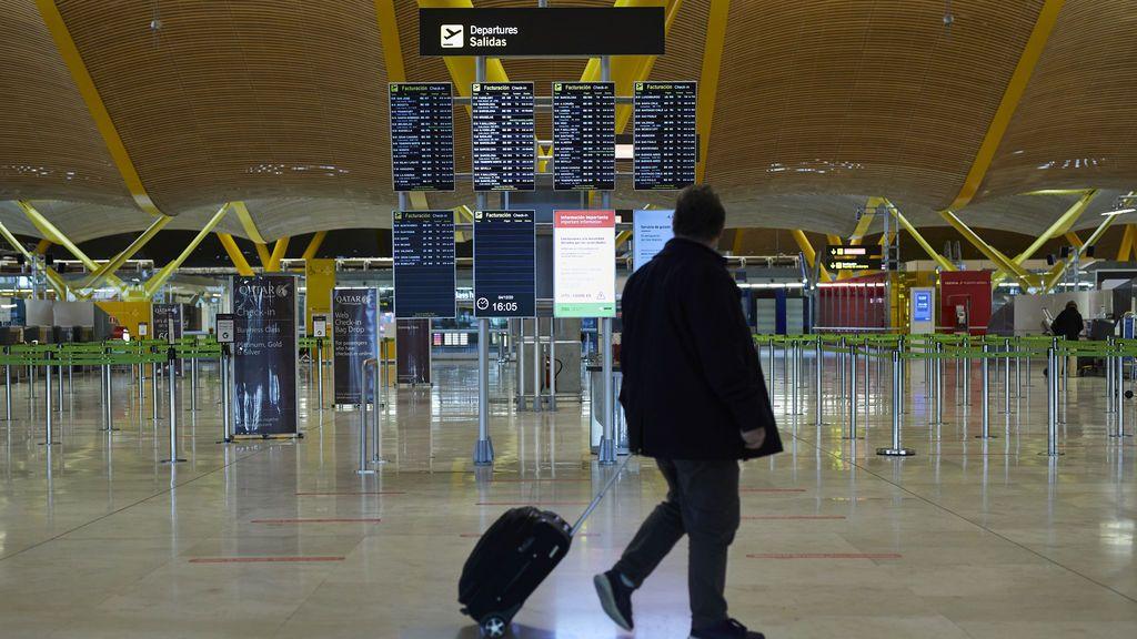 Madrid y Cataluña piden al Gobierno que prohiba la entrada de viajeros del Reino Unido