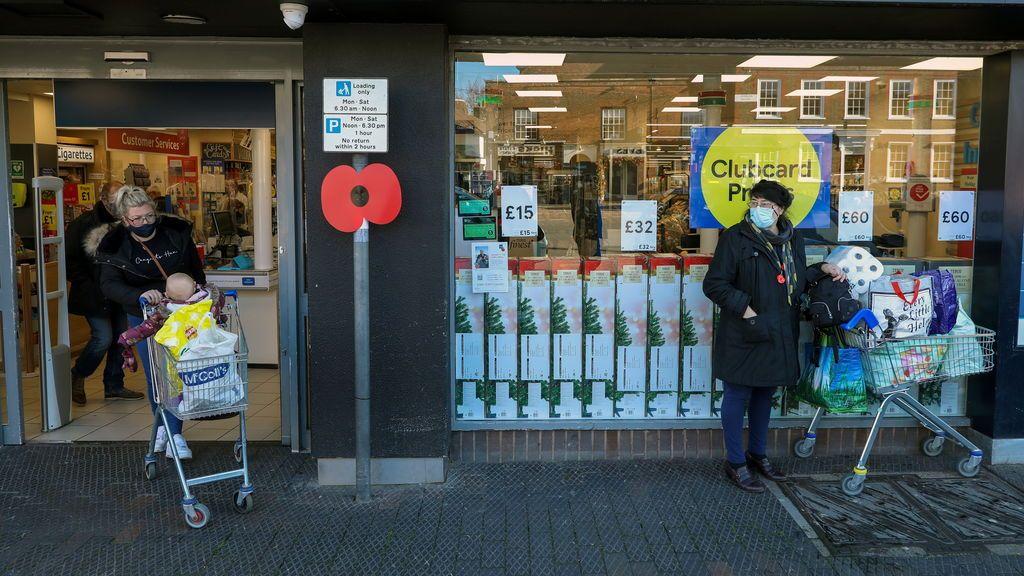 Supermercados británicos advierten de escasez de fruta y verdura si el caos no se resuelve en días