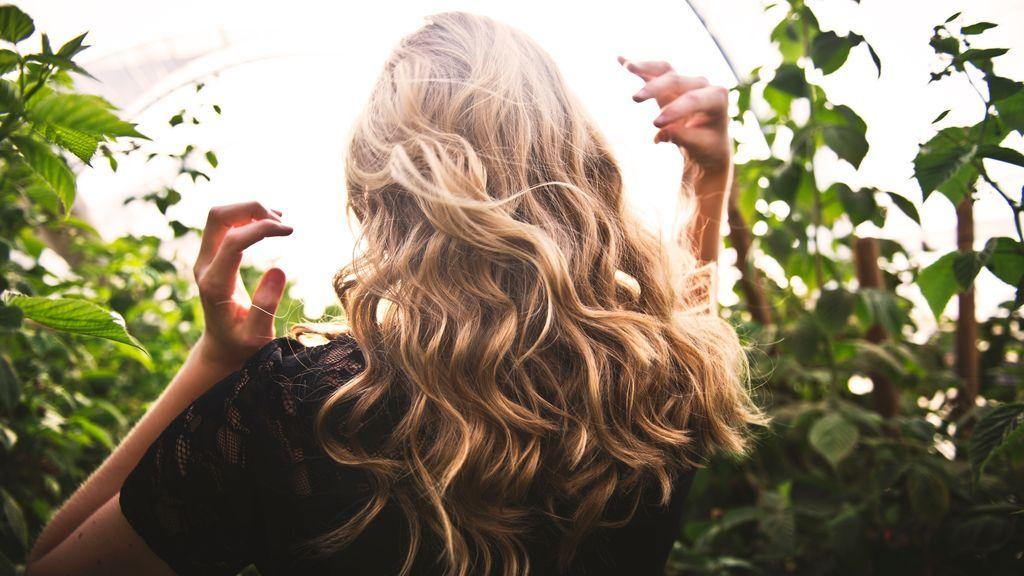 Carbón activado para el pelo: descubre qué es y para qué sirve