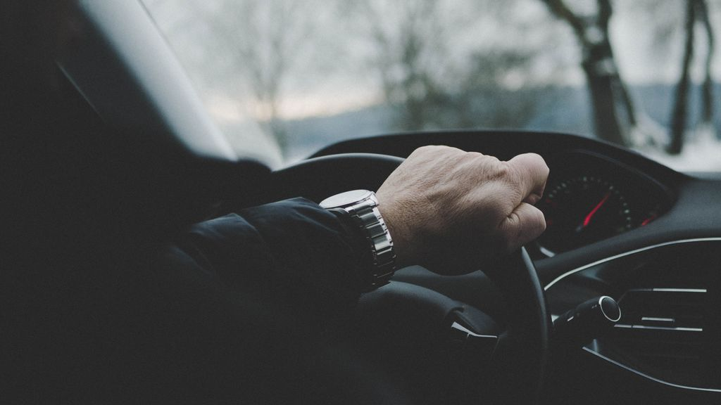 No te dejes el abrigo puesto en el coche: ¿cuánto puede caerte de multa con las nuevas normas de la DGT?