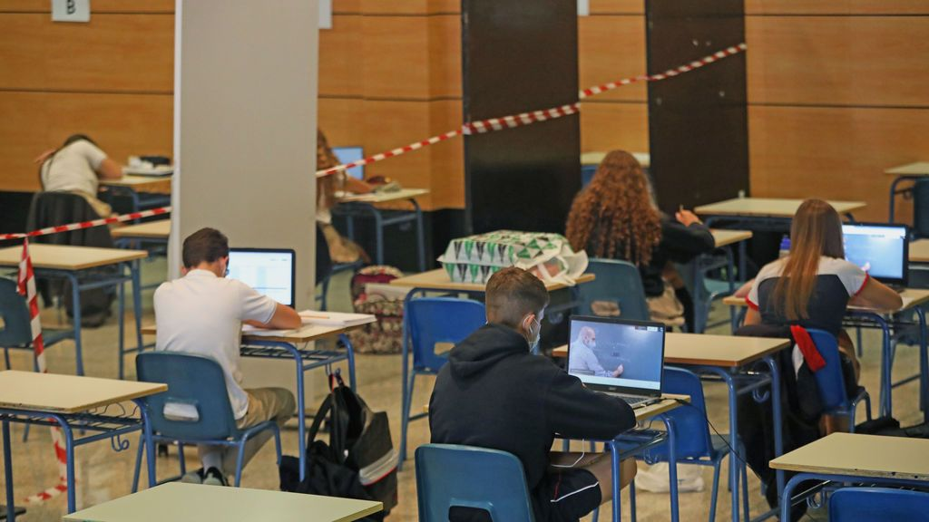 EuropaPress_3323253_alumnos_atienden_ordenador_clases_virtuales_impartidas_colegio_abaco_madrid