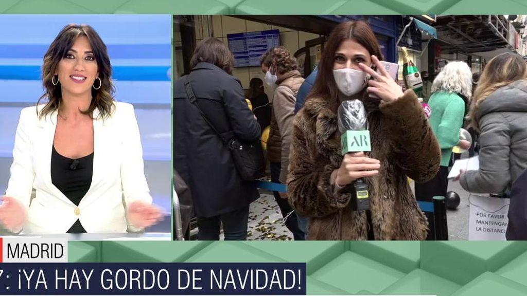 Patricia Pardo y la reportera se emocionan al dar el gordo de la lotería