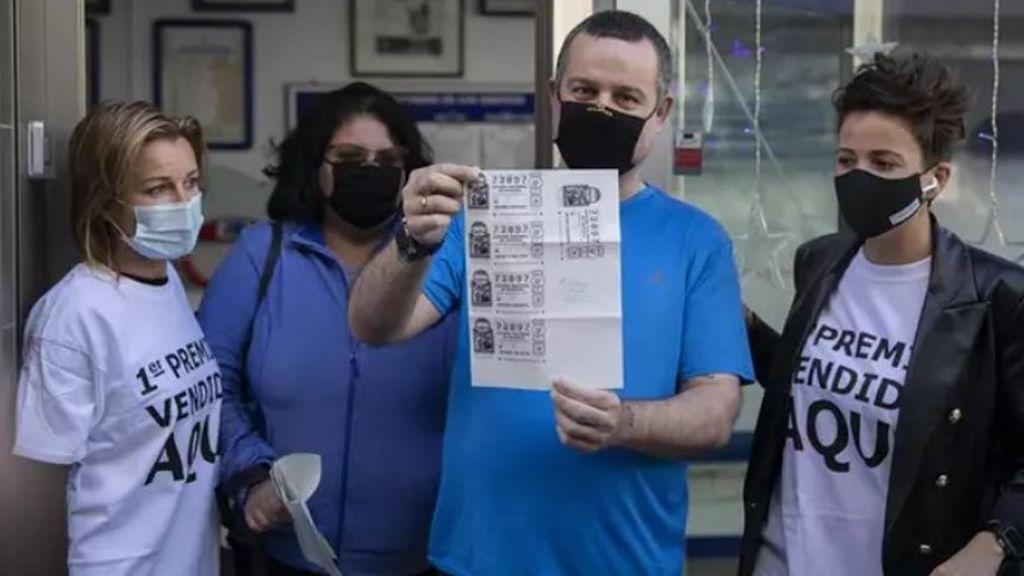 """Emiliano e Irene, la familia en paro de Huelva con tres décimos del Gordo: """"Quiero invertir en algún tratamiento para la enfermedad de mi mujer"""""""