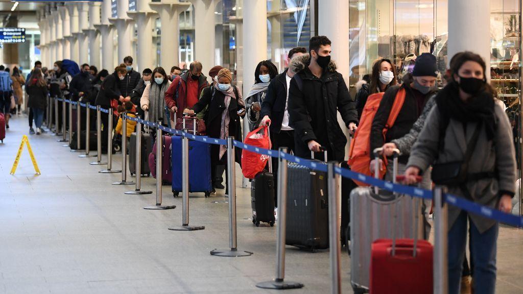 Gente esperando para subir al tren