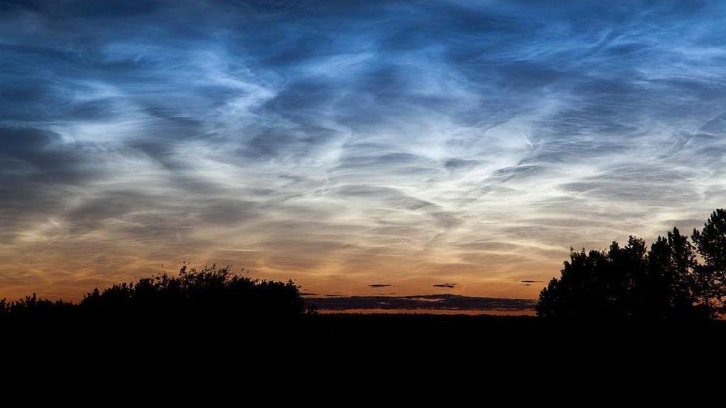 Empieza la temporada de nubes noctilucentes: ¿Por qué se iluminan de un curioso azul eléctrico?
