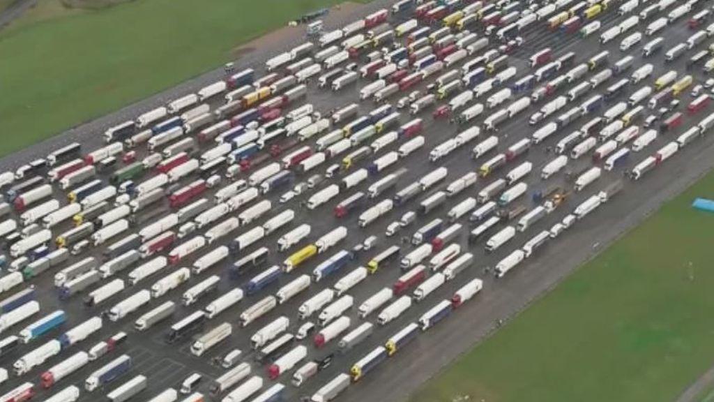 Las imágenes aéreas que muestran el enorme parque de camiones atrapados en el aeropuerto de Manston