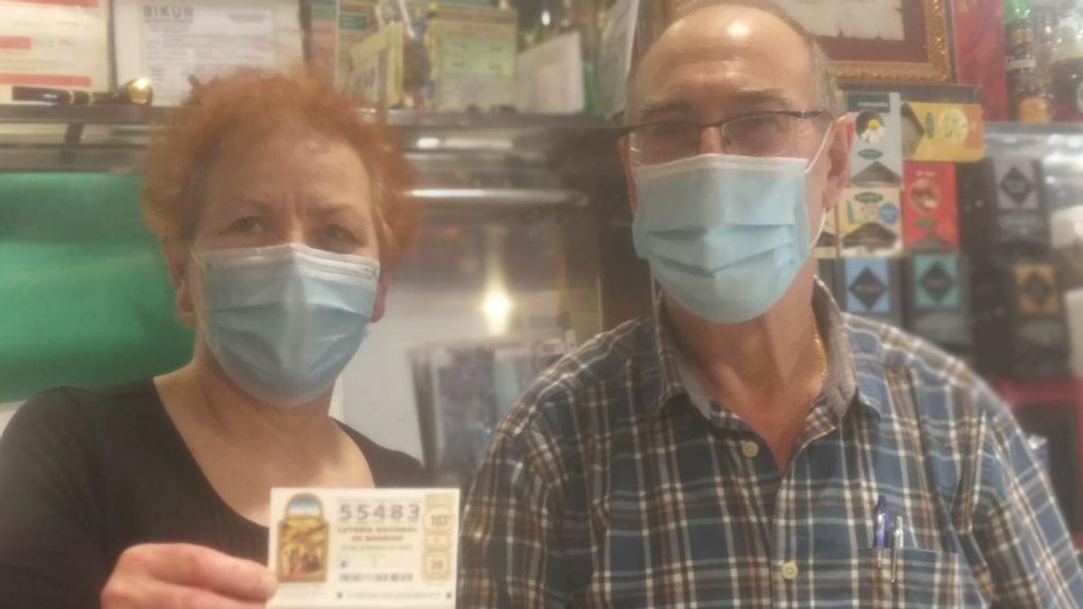 """Amelia y Eliodoro reparten 4 millones entre los clientes de su bar en Bilbao: """"Esta alegría compensa lo mal que lo hemos pasado"""""""