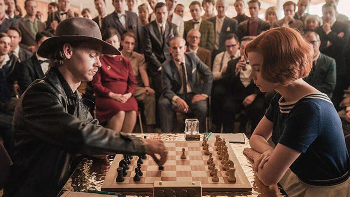 'Gambito de dama', la serie que ha vuelto a poner de moda esta jugada de ajedrez. ¿Qué es y cómo se hace?