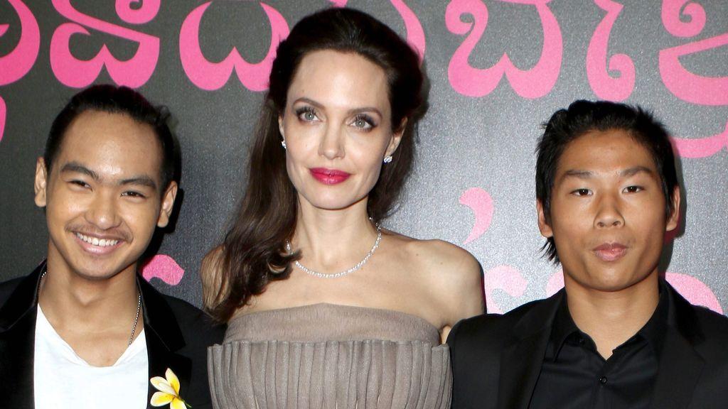 Angelina Jolie junto a Pax y Maddox