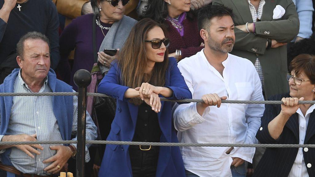 Eva González apoyando a su marido en una de sus corridas