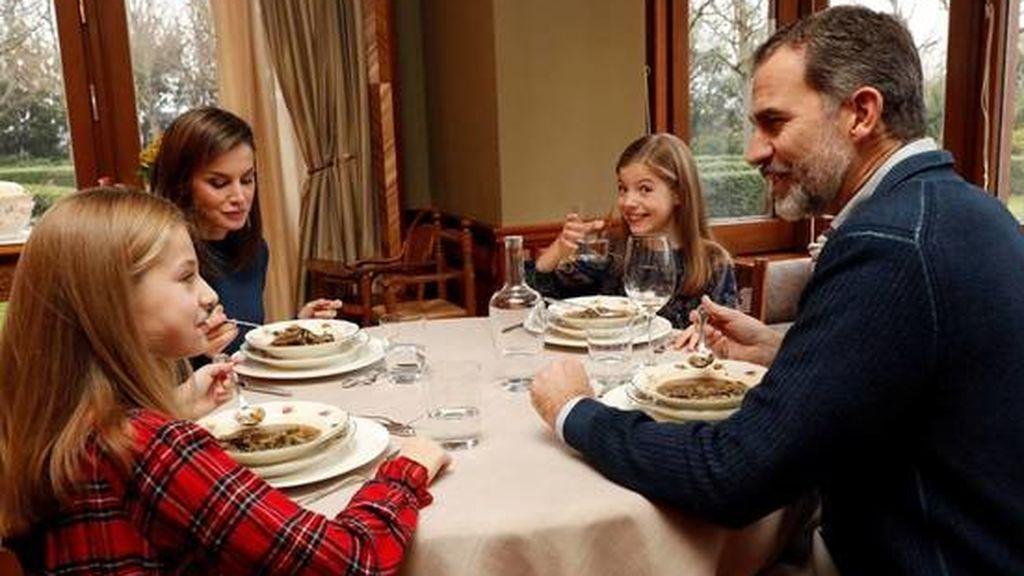 Los reyes Felipe y Letizia, cenando con sus hijas Leonor y Sofía