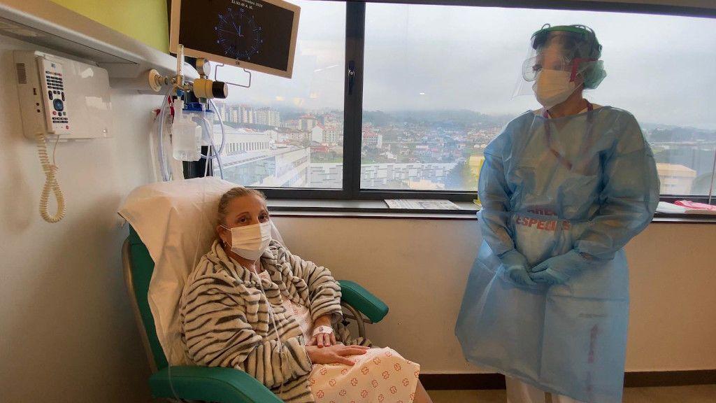Elisa, conectada al oxígeno en su habitación del Complejo Hospitalario Universitario de Ourense.