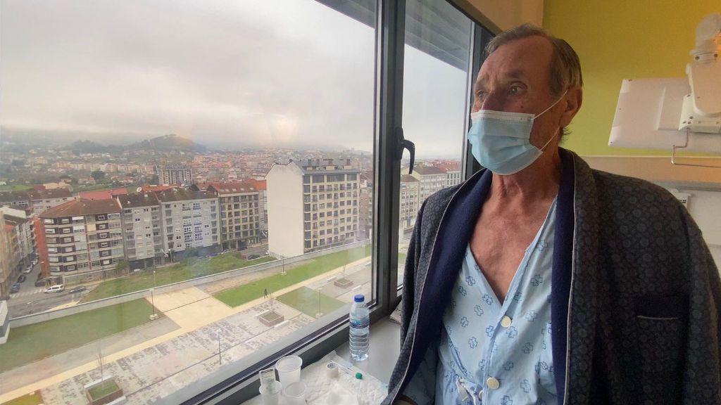 José Ramón mira por la ventana de su habitación.