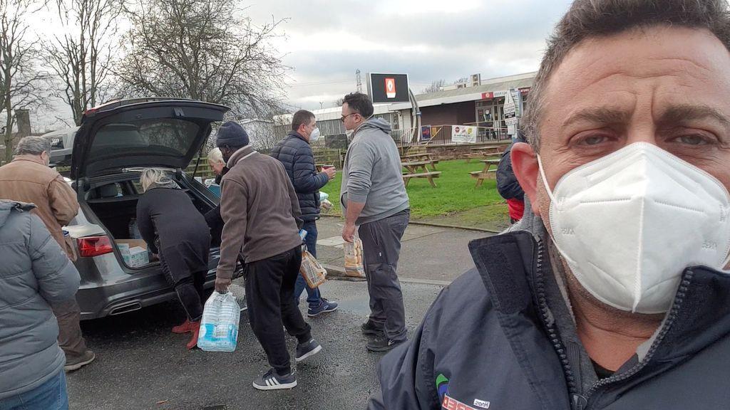 Lázaro Pérez, camionero, muestra como un coche particular se ha acercado a traerles comida.