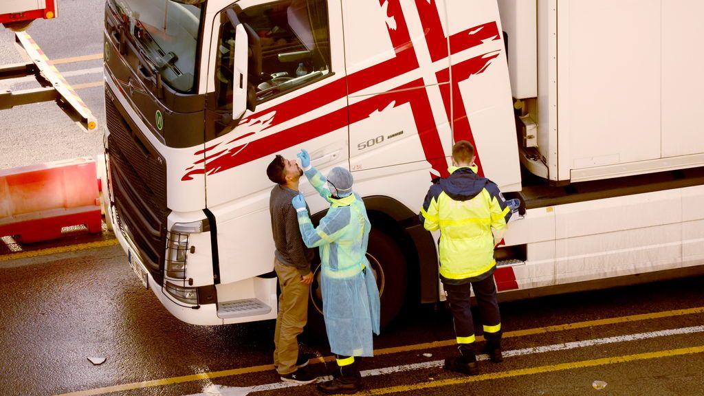 Bomberos franceses llegan a Dover con 10.000 test para los camioneros