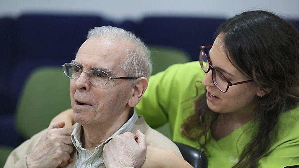 Familiares de residentes comienzan a firmar los consentimientos a horas de empezar la vacunación del Covid en las residencias de Andalucía