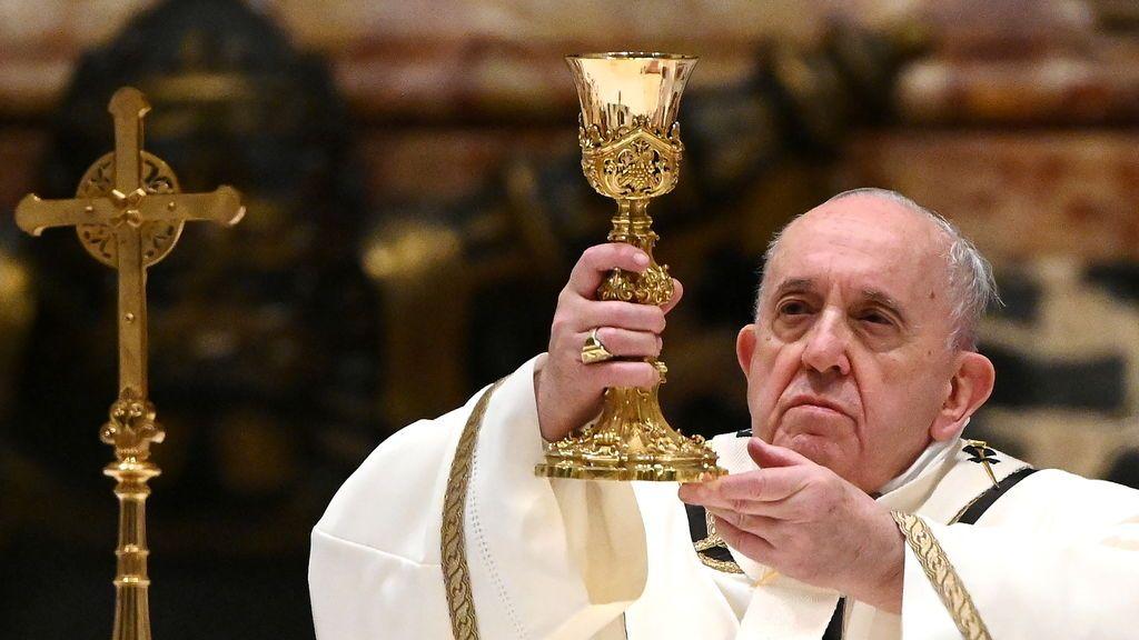El papa Francisco oficia la misa de Navidad en la basílica de San Pedro ayer en Ciudad del Vaticano (Vaticano).