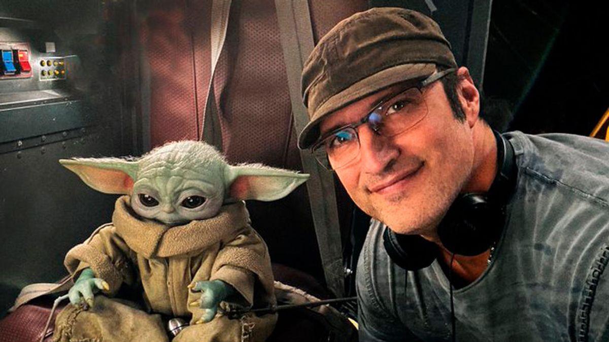 Robert Rodriguez serena a 'Baby Yoda' con su guitarra durante el rodaje de 'The Mandalorian'