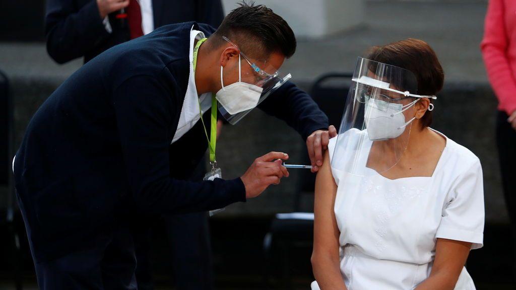 Una enfermera recibe la primera dosis de la vacuna de Pfizer de México