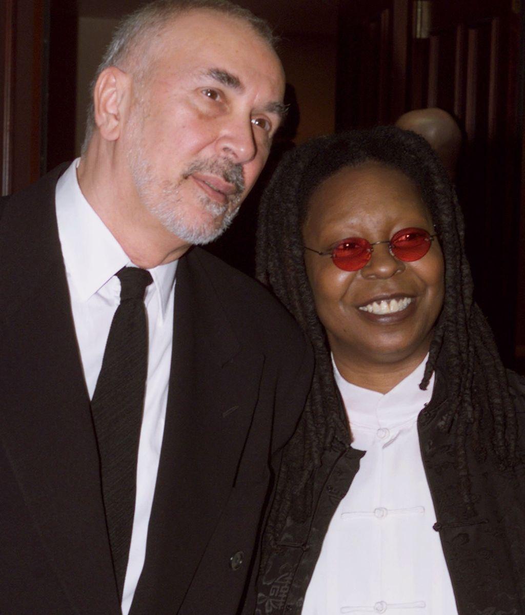 Whoopi Goldberg y Frank Langella, en una entrega de premios (1999)