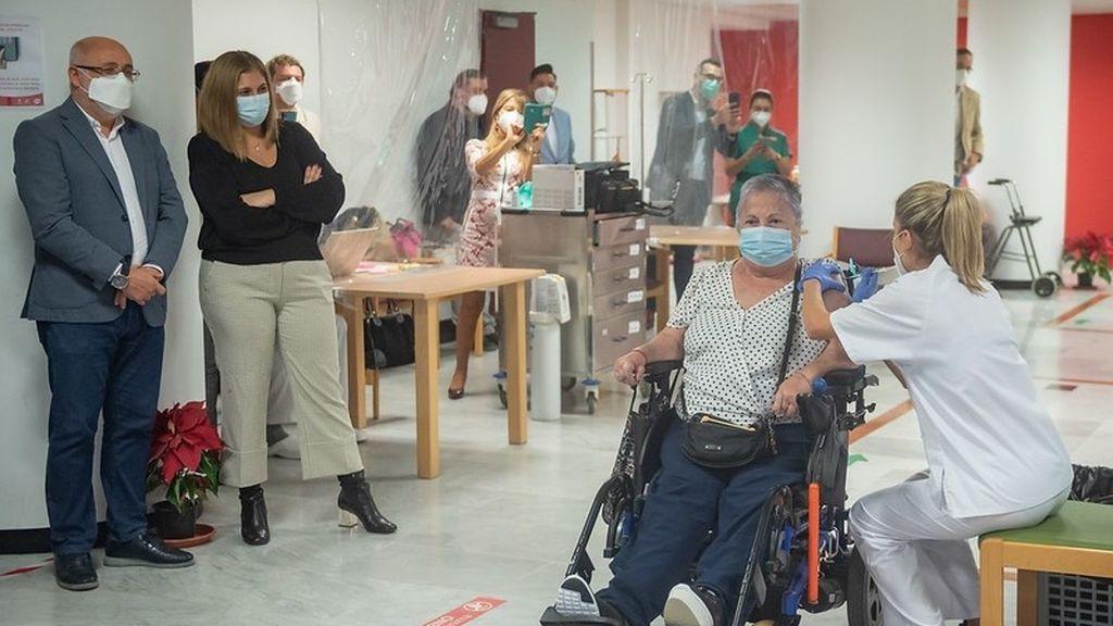 Mari Carmen, la primera persona en ser vacunada en Gran Canaria