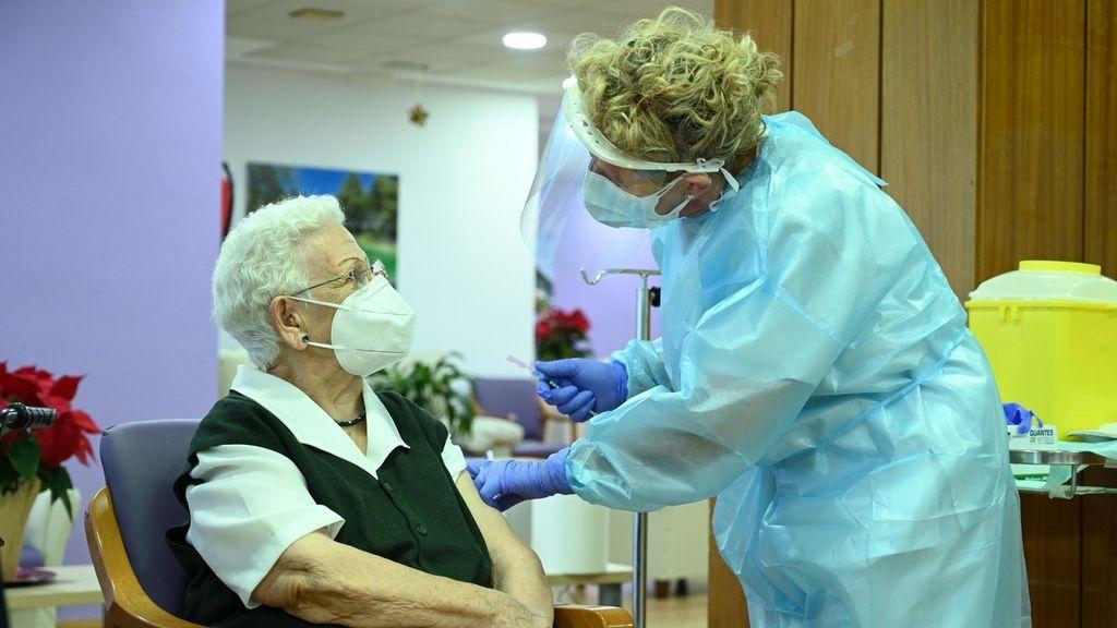 """Araceli, 96 años, primera vacunada en España: """"No noto nada"""""""