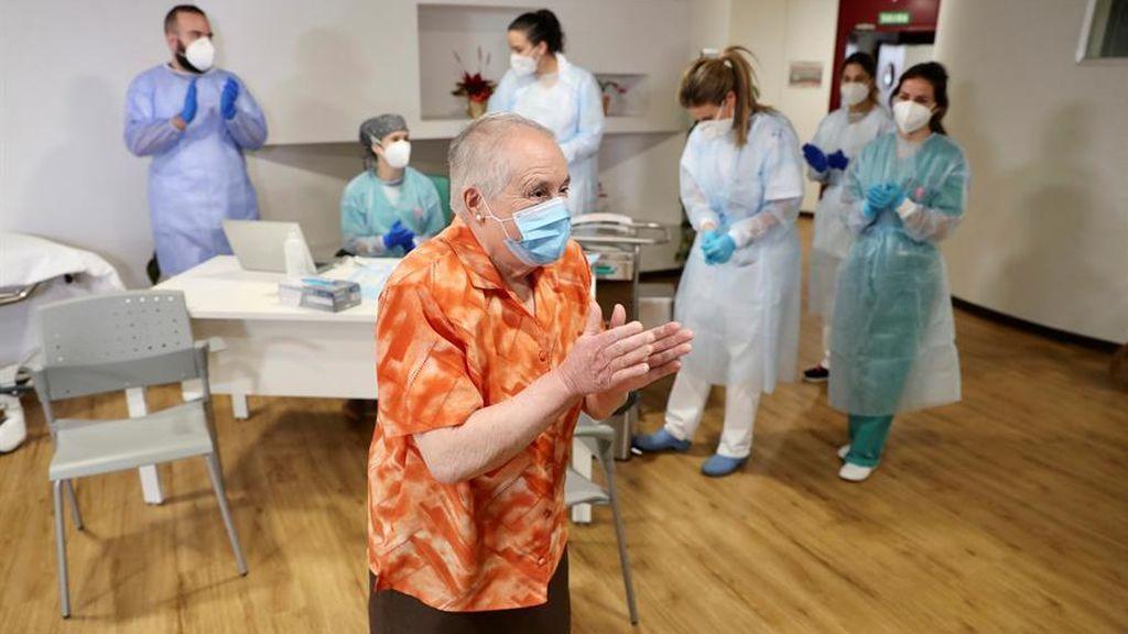 Una interna de la Residencia Mixta de Gijón antes de recibir hoy domingo la primera vacuna contra el covid-19