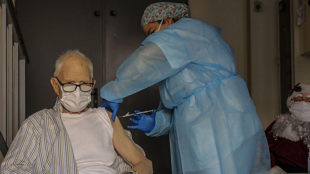 Batiste Martí, interno de la residencia de mayores Virgen del Milagro de Rafelbunyol (Valencia), de 81 años, primera persona en recibir la vacuna frente a la Covid-19 en la Comunidad Valenciana
