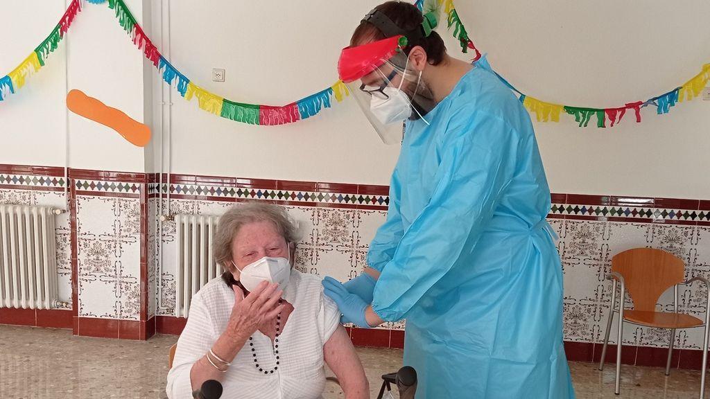 Eugenia, de 88 años, usuaria de la residencia pública de mayores de El Palo en Málaga
