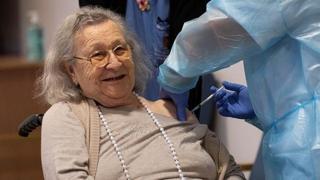 La primera vacunada en Baleares, Avelina Serrano, de 94 años, recibe una vacuna en su residencia de Palma
